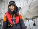 Maki, artiste à bord de Tara, porte le bonnet Tara